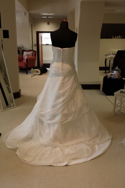 Sample Sale Wedding Dress in Ivory with Strapless Sweetheart Neckline Wedding Dress